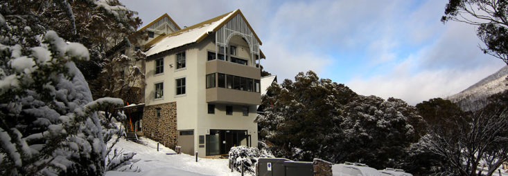 Boali Lodge in snow with carpark