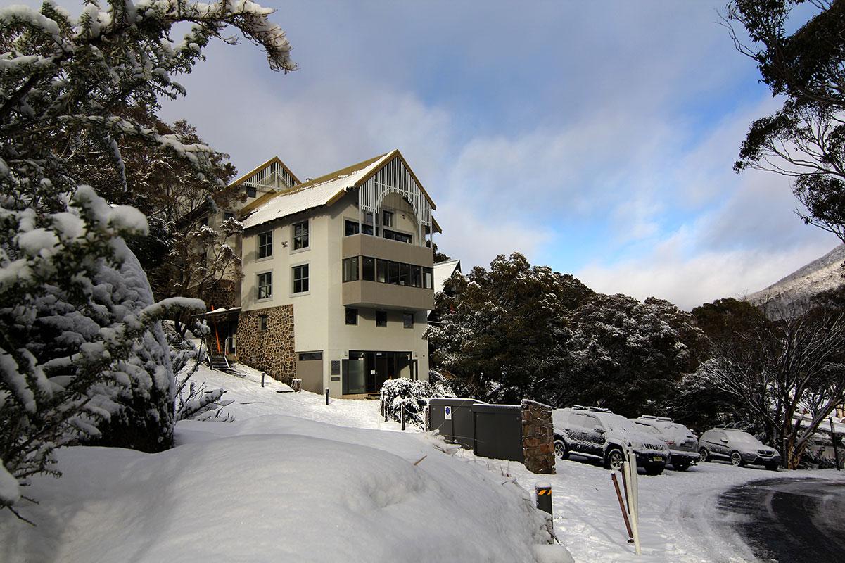 Boali Lodge in snow with carpark